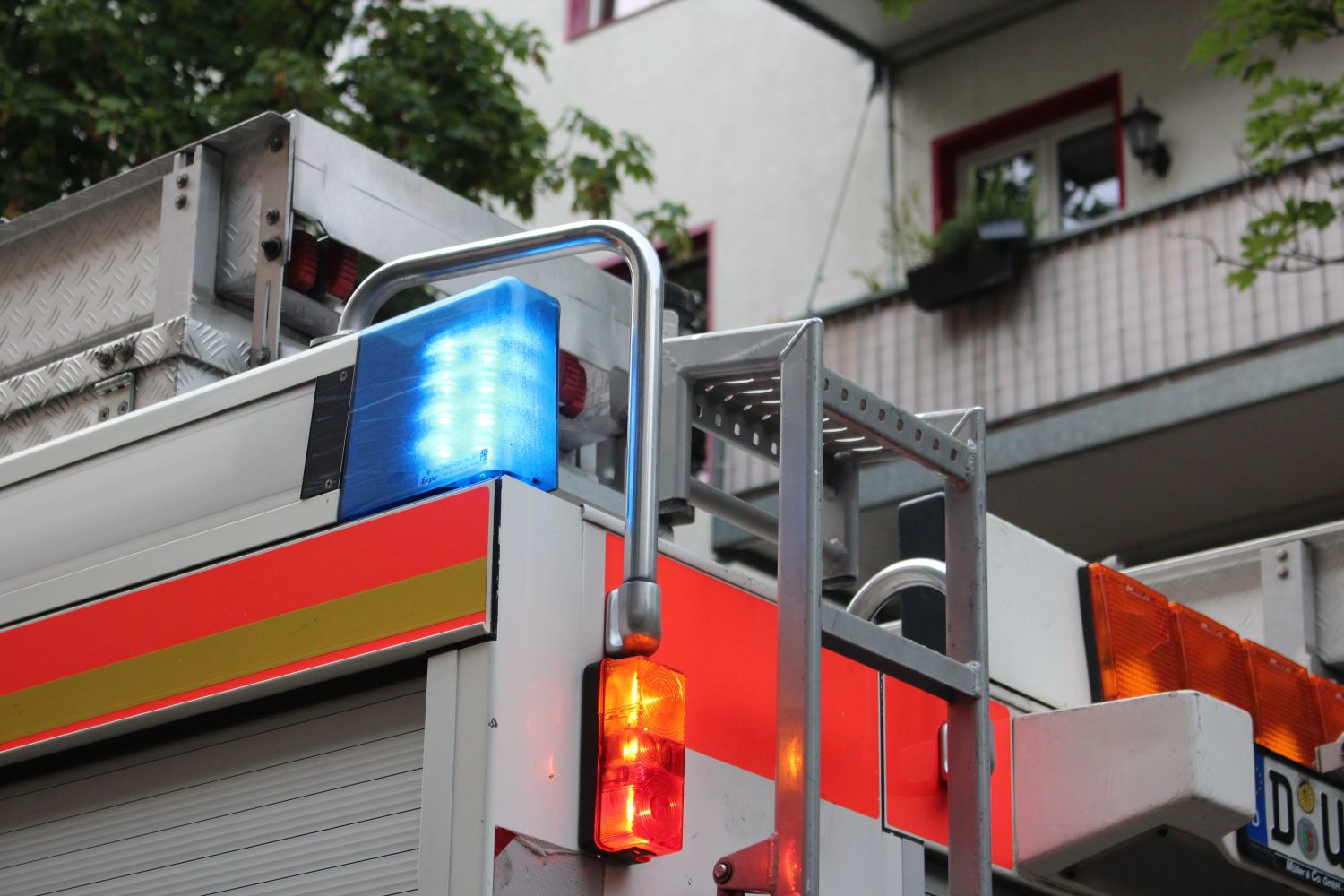 Düsseldorf Flingern-Nord: Special Duty For The Fire Brigade - Girl Freed From Pan thumbnail