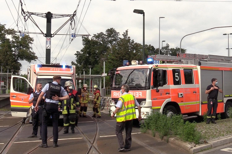 Düsseldorf Stockum: 22-Jähriger Gerät Unter Eine Straßenbahn Und Wird Lebensgefährlich Verletzt thumbnail